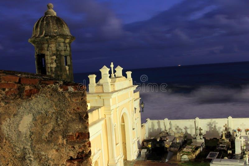 Murs et cimetière de forteresse au lever de soleil photo stock