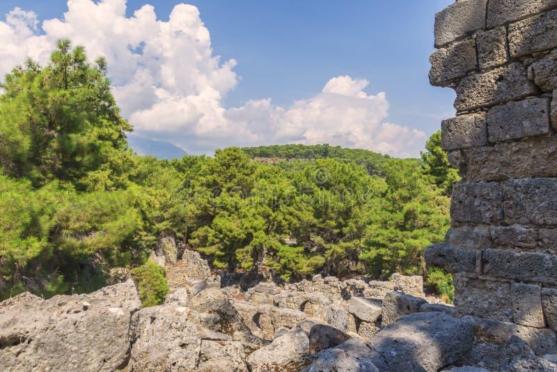 murs et pierres, les ruines de la ville historique de Phaselis parmi les pins verts de veuve, image stock