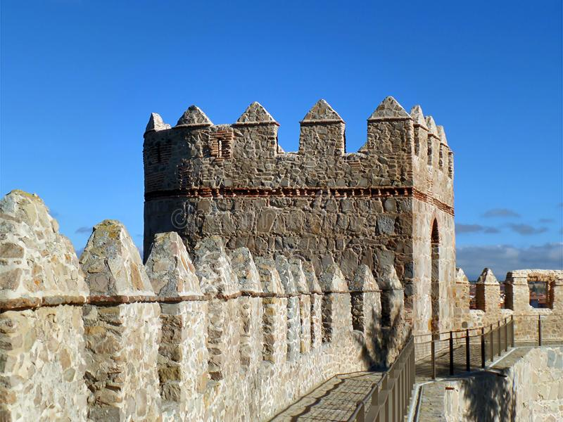 Murs et rempart médiévaux de ville contre le ciel ensoleillé bleu vibrant, Espagne photos stock