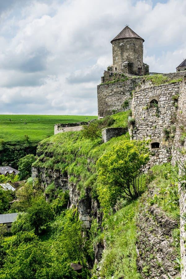 Murs et tour défensifs sur la falaise image stock