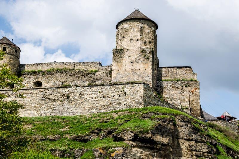 Murs et tours de fort sur une roche photos libres de droits