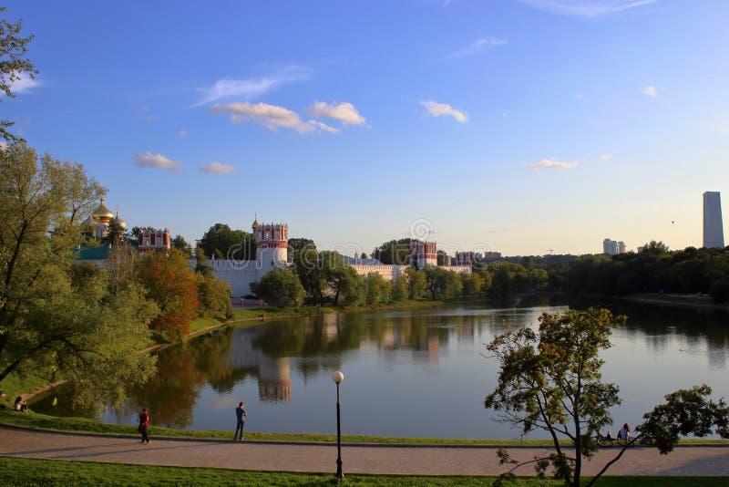 Murs et tours du couvent de Novodevichy et du grand étang de Novodevichy image libre de droits