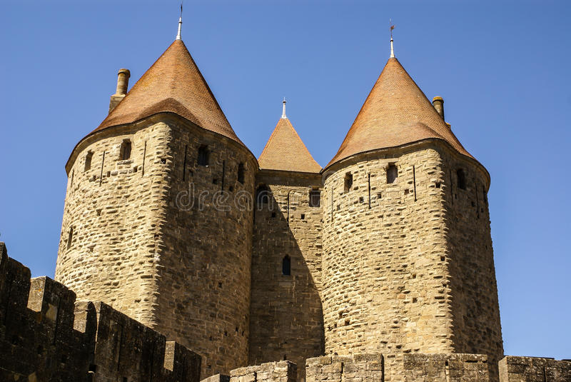 Murs extérieurs de Porte Narbonnaise à Carcassonne dans les Frances images stock
