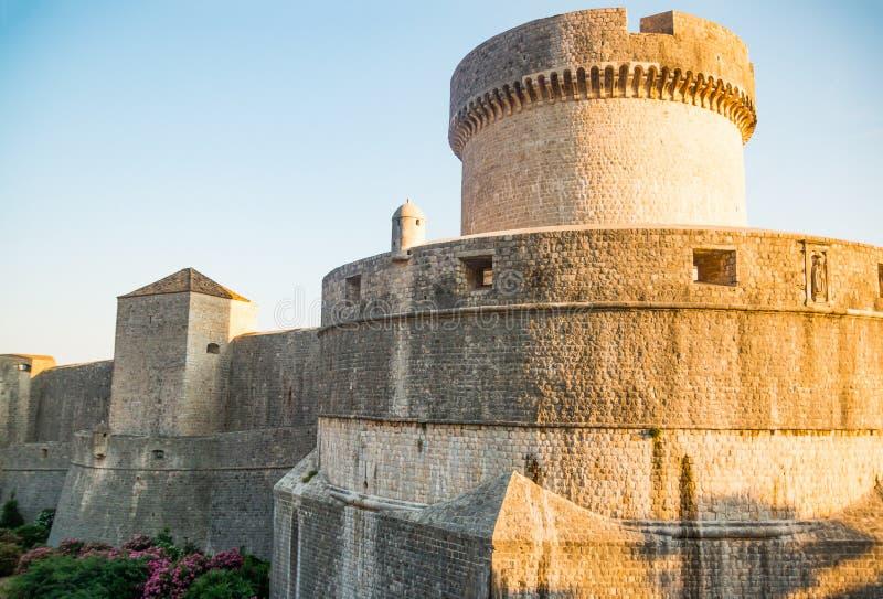 Murs médiévaux de ville de ville de tour et de Dubrovnik de Minceta vieux en Croatie image libre de droits