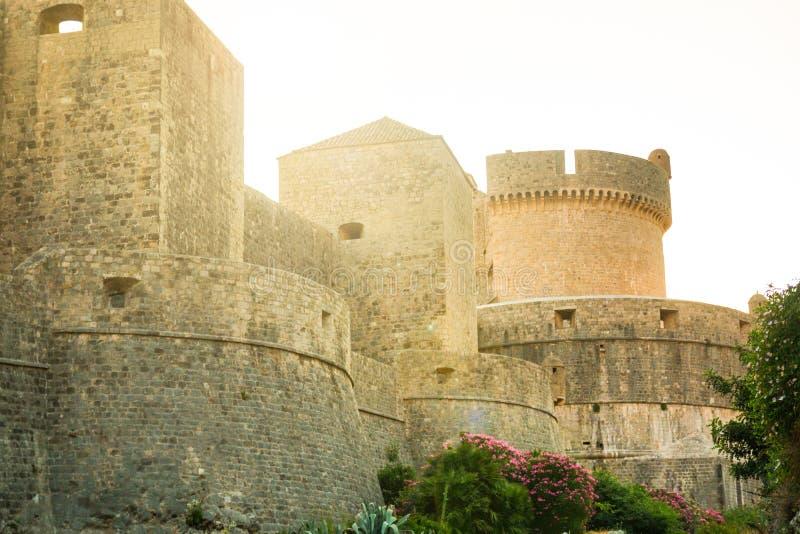 Murs médiévaux de ville de ville de tour et de Dubrovnik de Minceta vieux en Croatie images libres de droits
