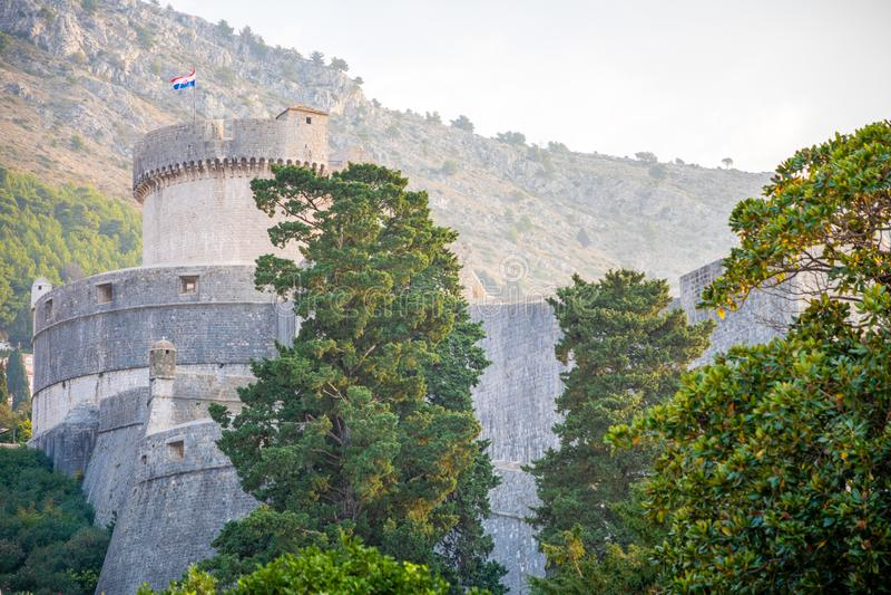 Murs médiévaux de ville de ville de tour et de Dubrovnik de Minceta vieux au temps de coucher du soleil, Croatie image libre de droits