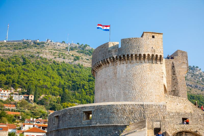Murs médiévaux de ville de ville de tour et de Dubrovnik de Minceta vieux au temps de coucher du soleil, Croatie images stock