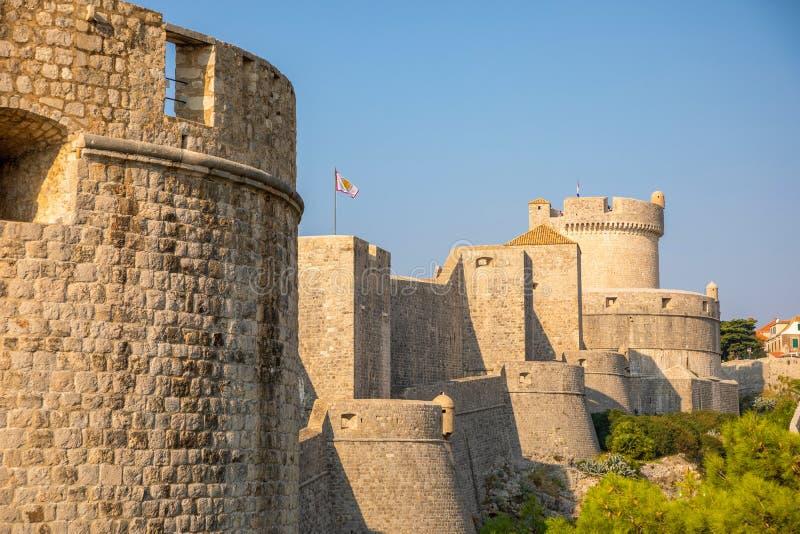 Murs médiévaux de ville de ville de tour et de Dubrovnik de Minceta vieux au temps de coucher du soleil, Croatie photographie stock