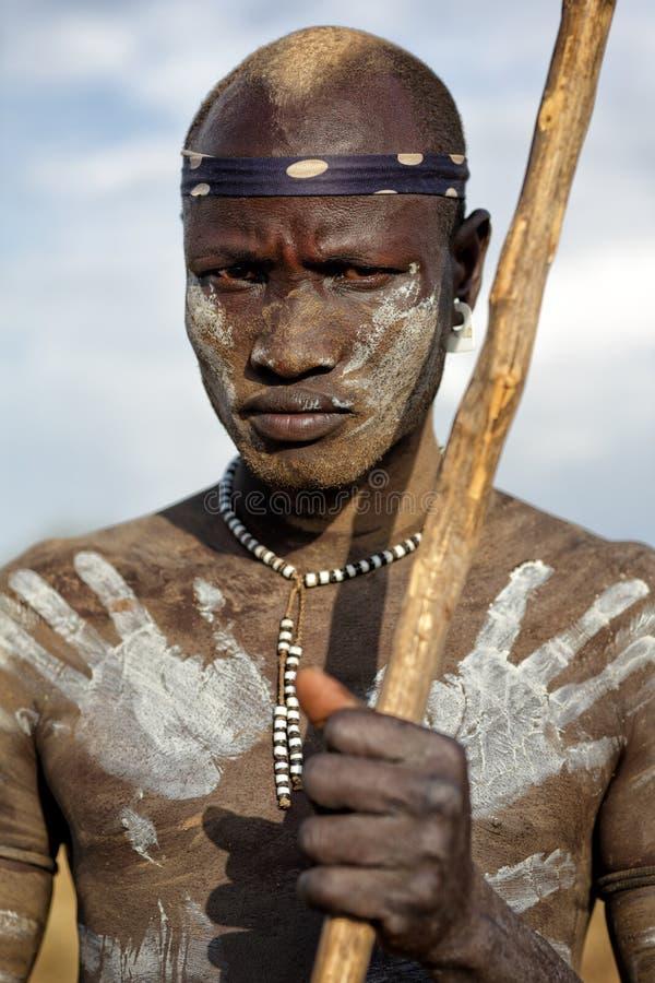 Mursi战士在南Omo,埃塞俄比亚 图库摄影