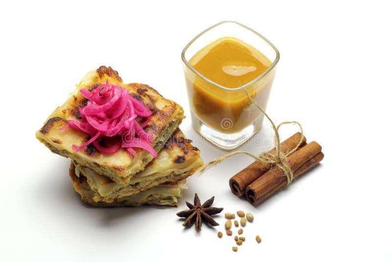 Murtabak用Dhall小汤和葱腌汁 库存照片