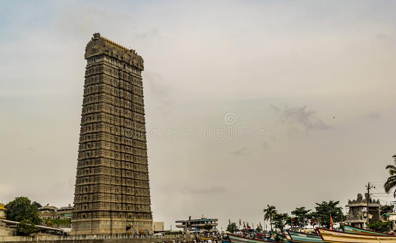 Murudeshwar - tour de temple avec le fond de ciel photos stock