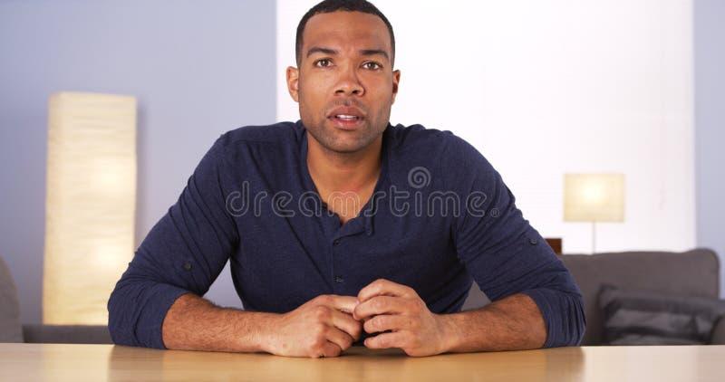 Murzyn patrzeje martwiący się i dotyczący zdjęcia stock