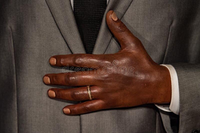 Murzyn ręka z obrączką ślubną obraz royalty free