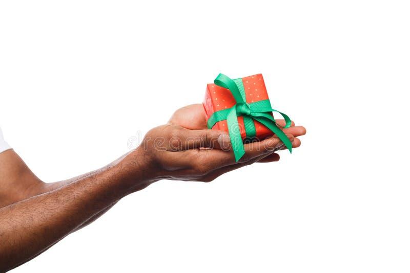 Murzyna mienia prezenta pudełko odizolowywający na białym tle zdjęcie royalty free