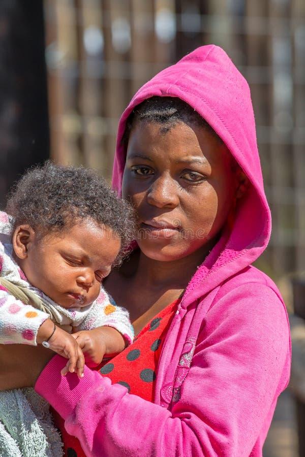 Murzynka trzyma jej dziecka fotografia royalty free