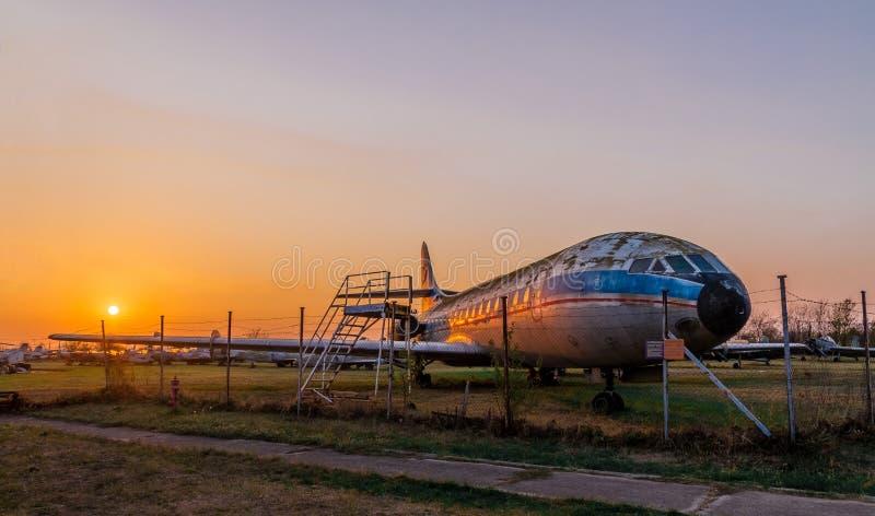 Musée aéronautique Belgrade avec de vieux, rouillés avions et vieux hélicoptères image libre de droits