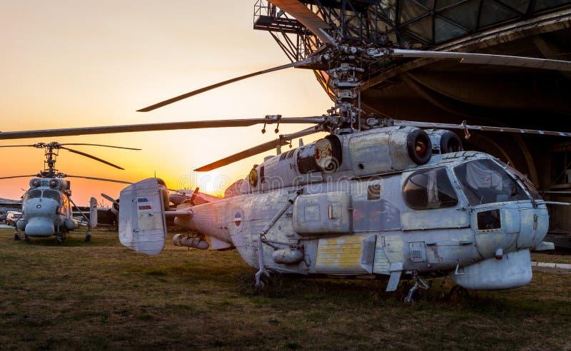 Musée aéronautique Belgrade avec de vieux, rouillés avions et vieux hélicoptères photos stock