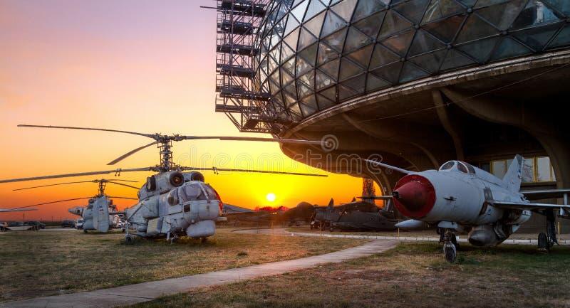 Musée aéronautique Belgrade avec de vieux, rouillés avions et vieux hélicoptères images stock