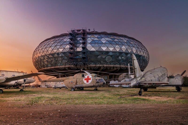 Musée aéronautique Belgrade avec de vieux, rouillés avions et vieux hélicoptères image stock