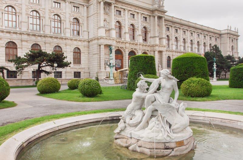 Musée célèbre d'histoire naturelle à Vienne et le parc vert avec les fontaines historiques, Autriche photos stock