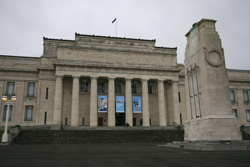 Musée commémoratif en pierre néoclassique de guerre avec l'entrée principale sur les escaliers grands et cénotaphe WW1 et WW2 his photos libres de droits