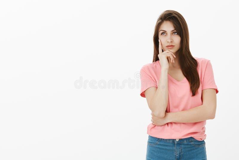 Musée d'Art de visite de fille n'ayant aucun indice quel moyen de peinture Jeune femme attirante et sûre rêveuse dans le T-shirt  photo libre de droits
