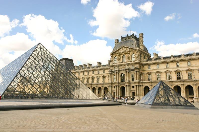 Musée d'auvent et la pyramide images stock