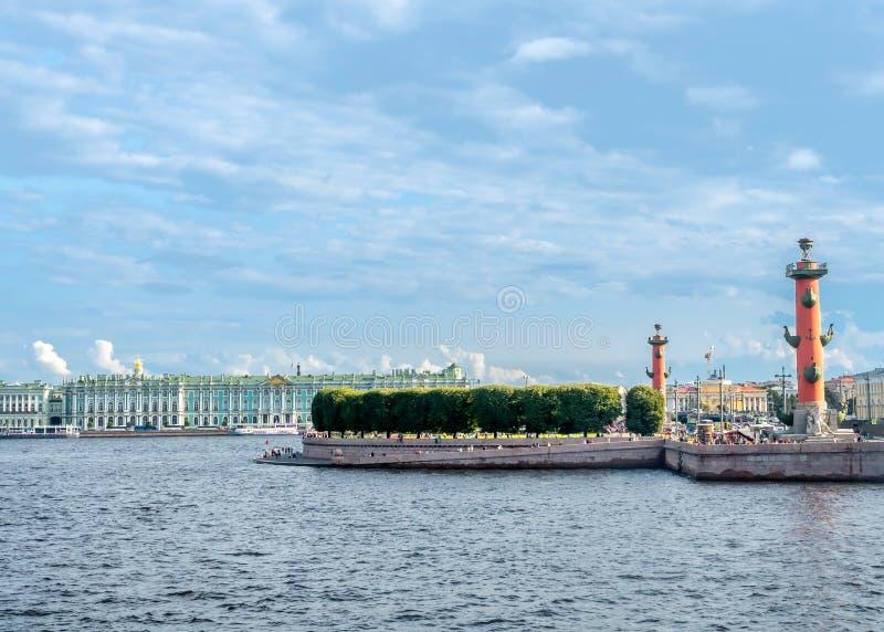 Musée d'ermitage et rivière de Neva en Russie photos stock