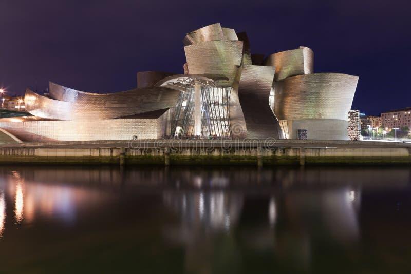Musée de Guggenheim à Bilbao la nuit photo libre de droits