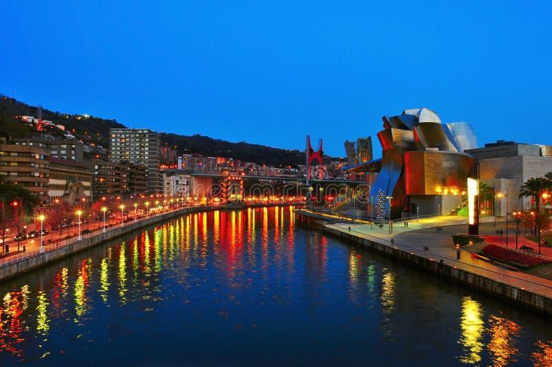Musée de Guggenheim la nuit à Bilbao image libre de droits