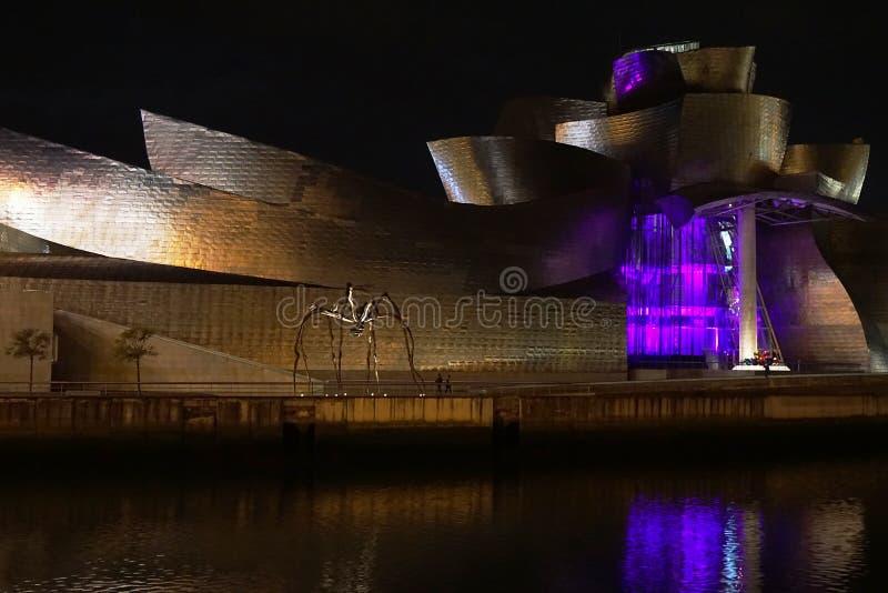 Musée de Guggenheim la nuit à Bilbao, Espagne image stock