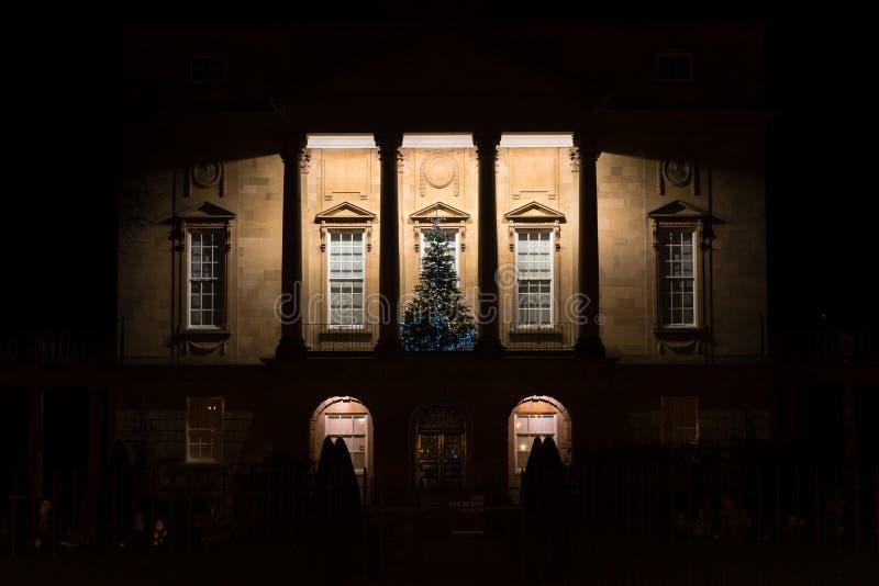 Musée de Holburne à Bath la nuit, avec l'arbre de Noël photographie stock libre de droits