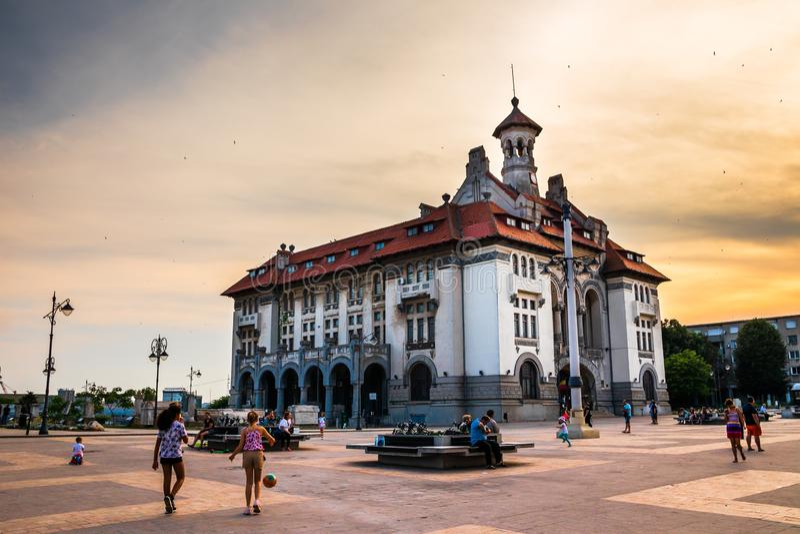 Musée de l'histoire et de l'archéologie nationales sur la place principale dans Constanta photos stock