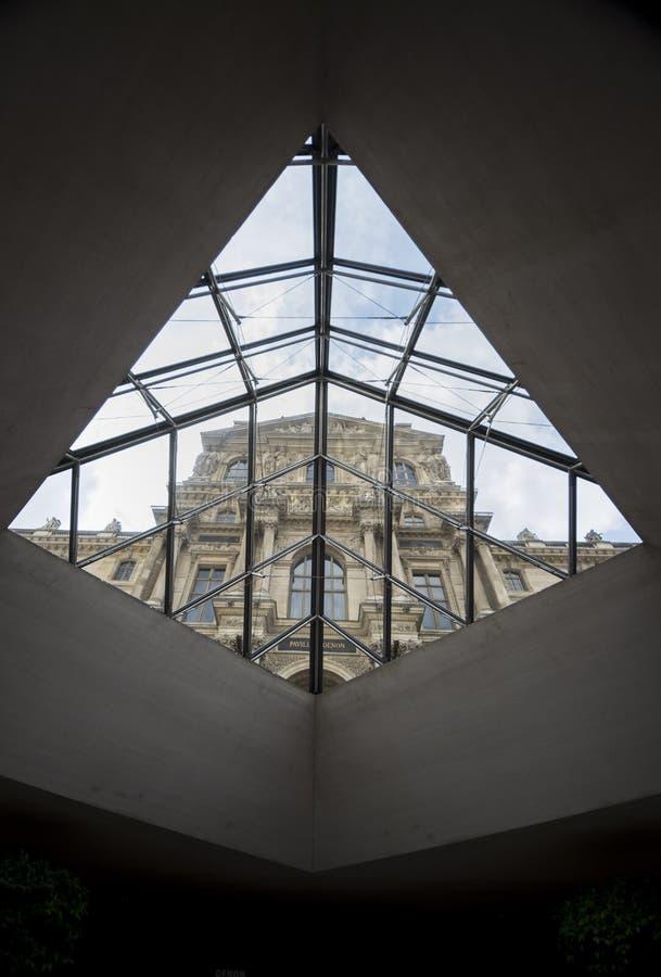 Musée de Louvre à l'intérieur de pyramide photographie stock libre de droits