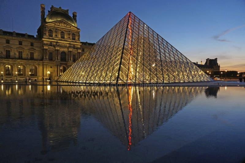 Musée de Louvre au coucher du soleil photos stock