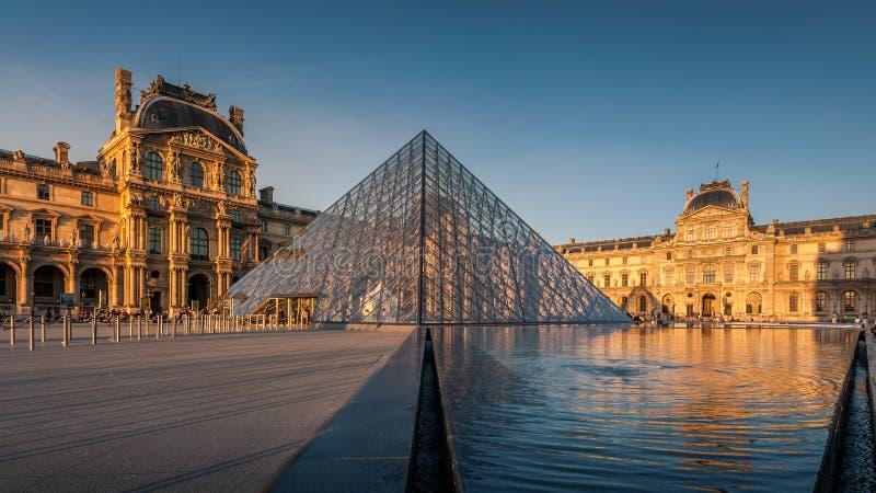 Musée de Louvre au coucher du soleil image libre de droits