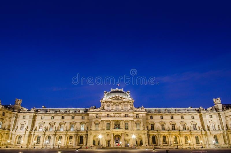 Musée de Louvre au coucher du soleil le 18 août 2012 dedans image libre de droits