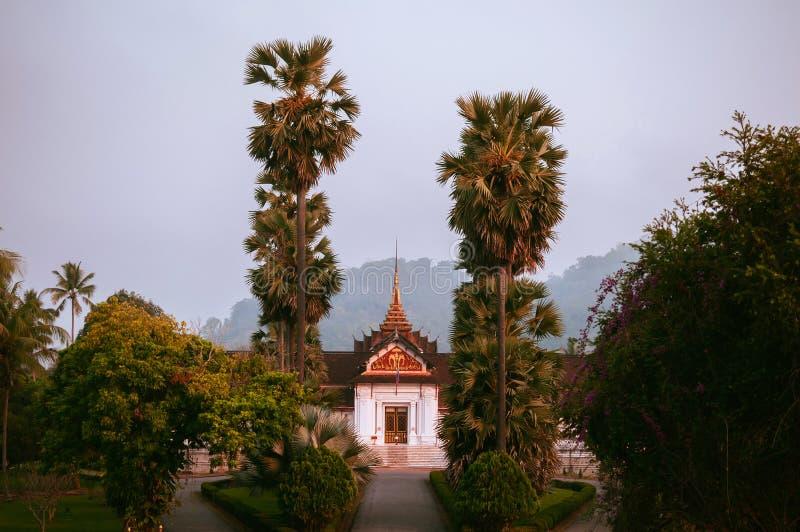 Musée de Luang Prabang Royal Palace parmi le palmier dans le matin images libres de droits