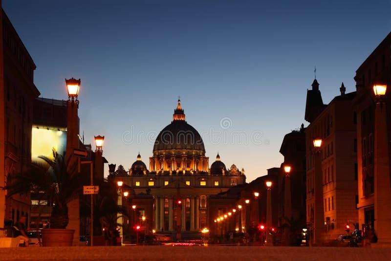 Musée de Vatican dans la basilique de la rue Peter la nuit image libre de droits