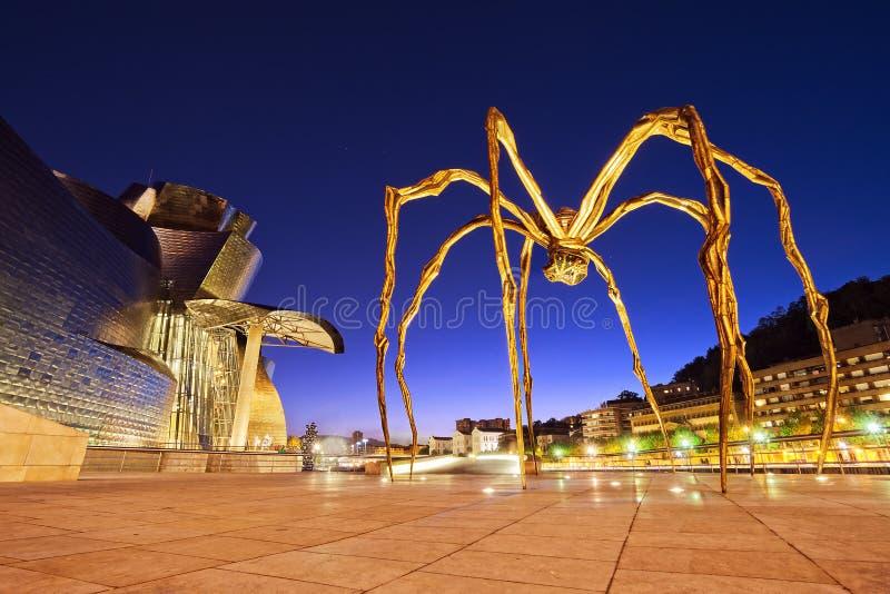 Musée et araignée de Guggenheim la nuit à Bilbao photo libre de droits