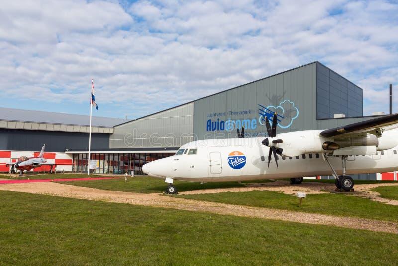 Musée néerlandais Aviodrome d'aviaton près d'aéroport de Lelystad avec l'avion Fokker50 photos stock