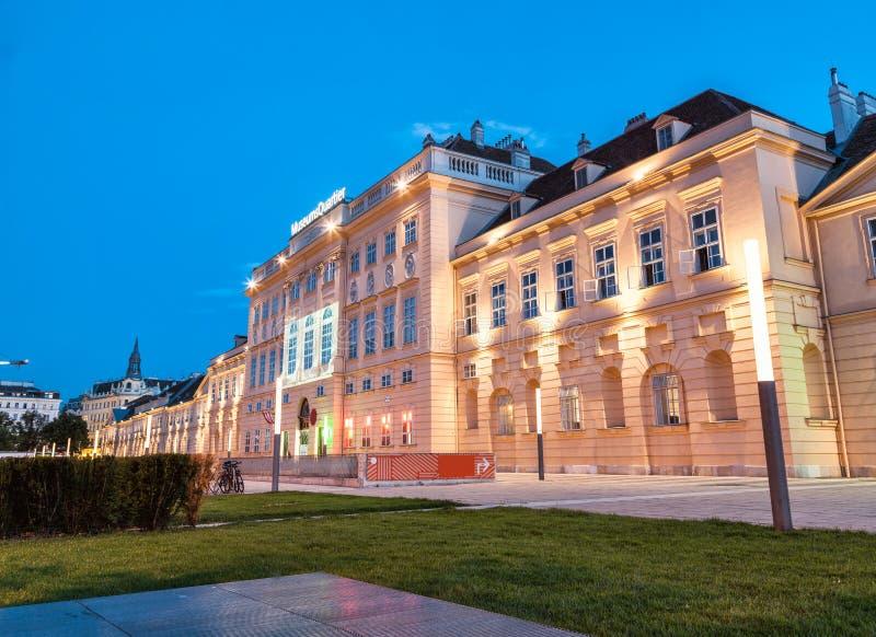 Musées Quartier à Vienne la nuit photo stock