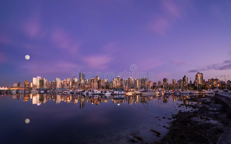 Musardez au-dessus de Vancouver du centre au coucher du soleil de Stanley Park photographie stock libre de droits