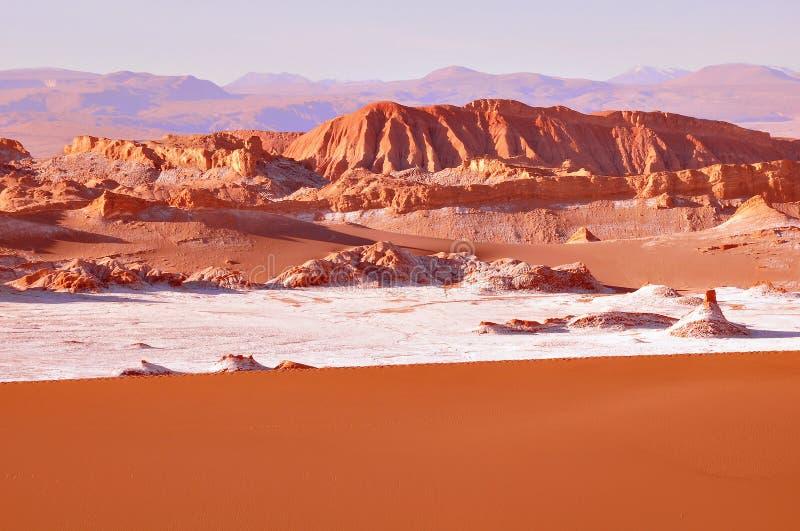 Musardez la La Luna de Vale De de vallée dans le désert d'Atacama photographie stock libre de droits