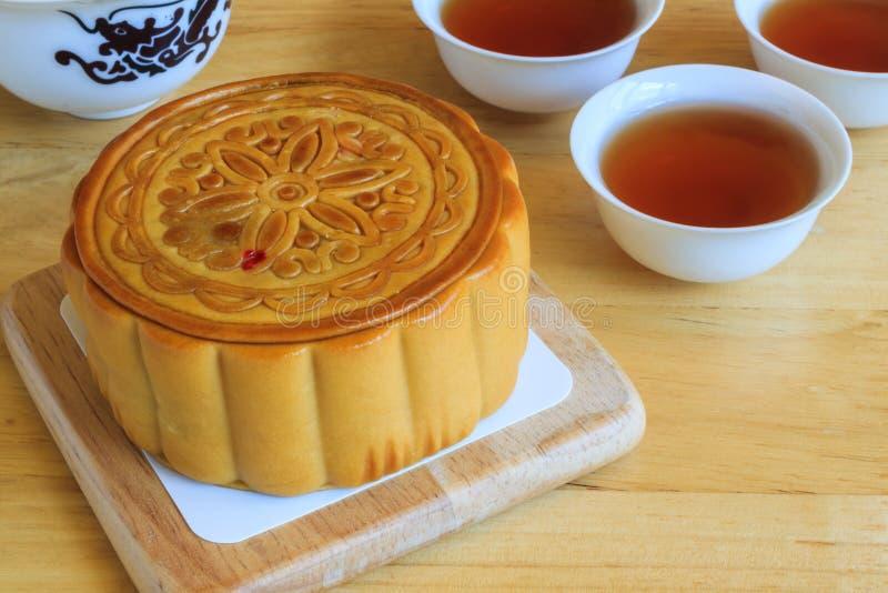 Musardez le gâteau avec le thé, dessert de mi festival chinois d'automne image libre de droits
