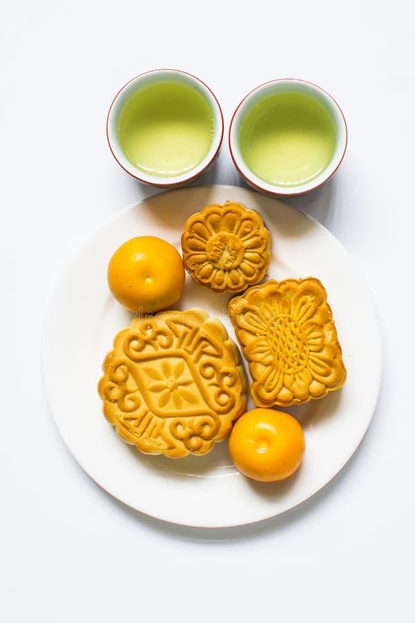 Musardez le gâteau et le thé pour le mi festival chinois d'automne D'isolement sur le blanc Copiez l'espace photos stock