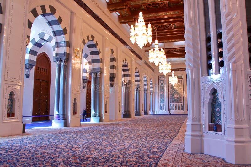 MUSCAT, ΟΜΑΝ - 9 ΦΕΒΡΟΥΑΡΊΟΥ 2012: Το δωμάτιο προσευχής στο μεγάλο μουσουλμανικό τέμενος Qaboos σουλτάνων Muscat στοκ φωτογραφία με δικαίωμα ελεύθερης χρήσης