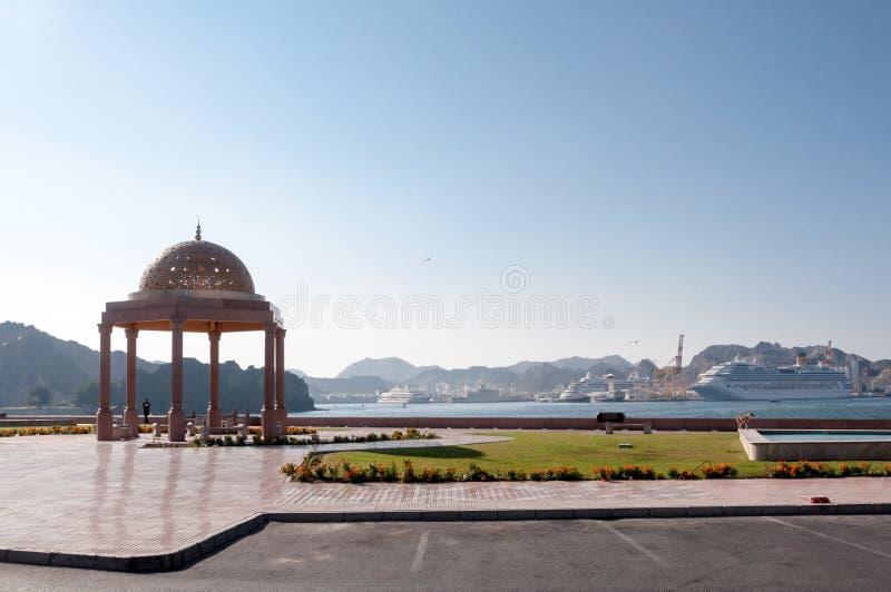 Muscat Corniche, accouplant le site pour des bateaux de croisière, capitale de l'Oman photo stock