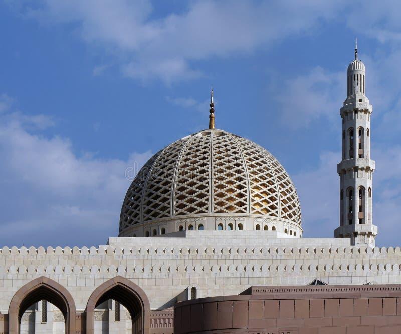 Muscat, Omã, o 8 de janeiro de 2014: Abóbada e minarete do grande Mosq imagem de stock royalty free