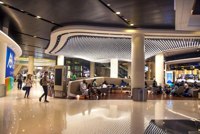 Muscat Oman, bild daterade 20 av Juli 2018 Tillträde till den tullfria zonen inom den nya internationella flygplatsen av Muscat royaltyfri foto